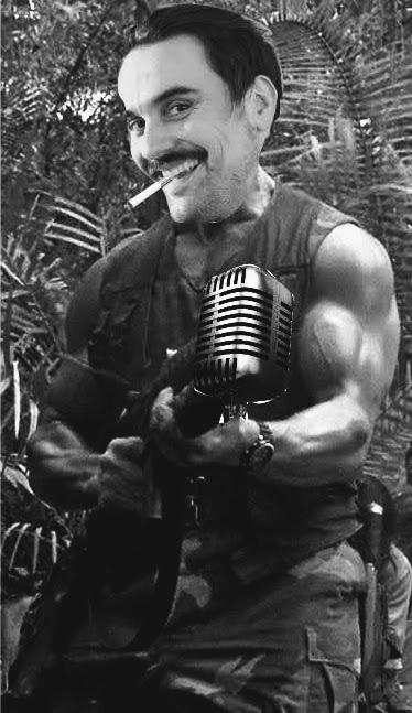 Basti in Schwarzenegger-Pose, im Mund ganz cool ein Glimmstengel, statt Waffe ein Mikrofon